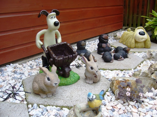 GROMIT'S GRAVEL GARDENS ... more on blog ... makeover to brighten up a shady area by my long shed ... a design idea for children ...