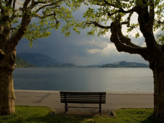 The calm lake at the foot of the mountains 017056