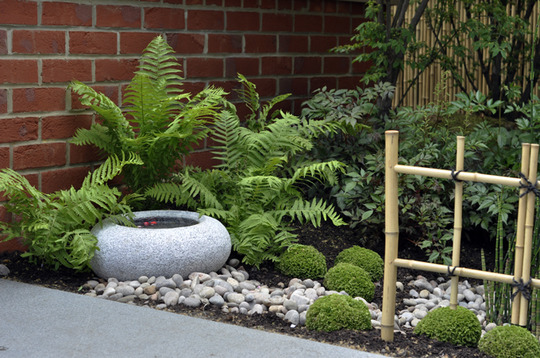 Japanese style garden grows on you - Jardines pequenos con piedras ...