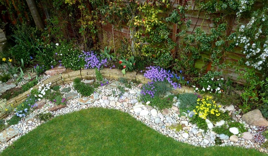 Pebble garden grows on you for Garden designs using pebbles