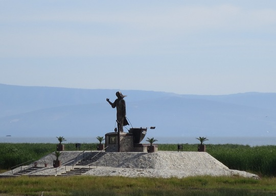 A monument on the lake