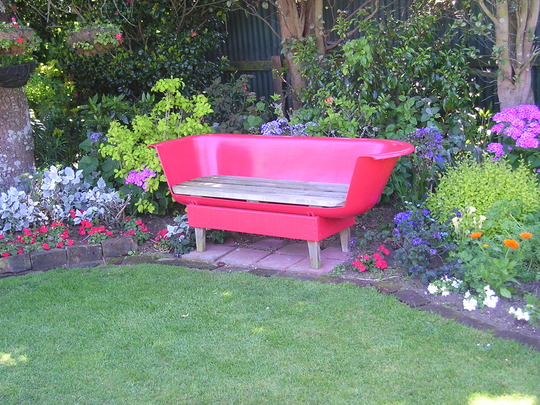 Innovative funky bathtub garden seat grows on you for Outdoor badewanne